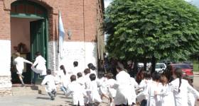 Alumnos_entrando_a_la_escuela
