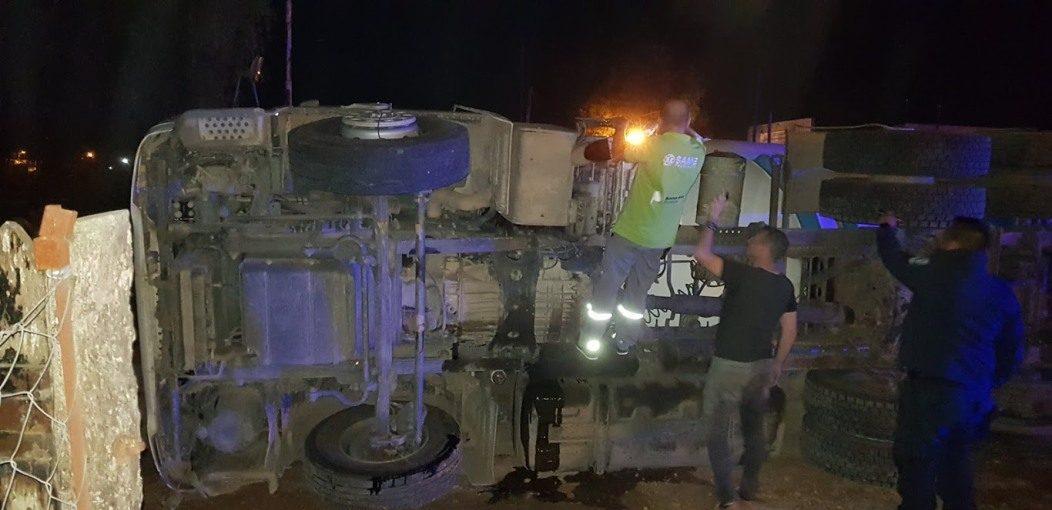 Volcó un camión en Villa Sanguinetti