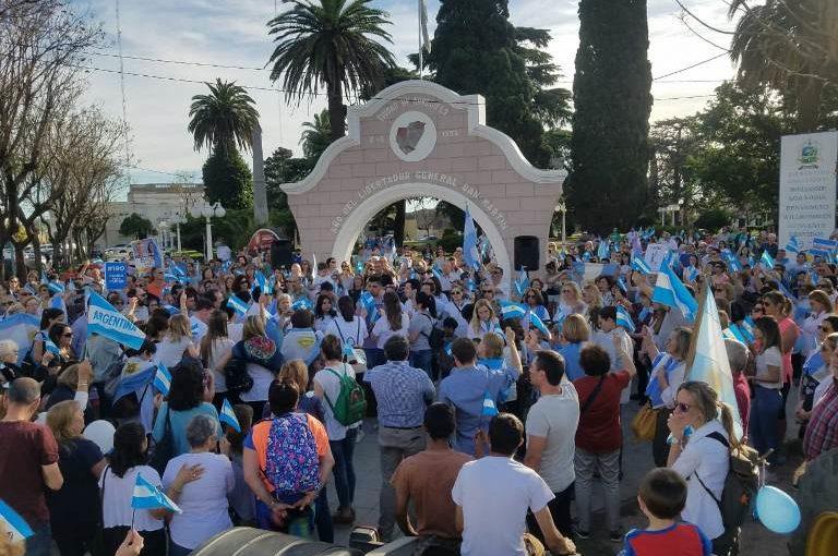 Cientos de arrecifeños en la marcha en apoyo a Macri