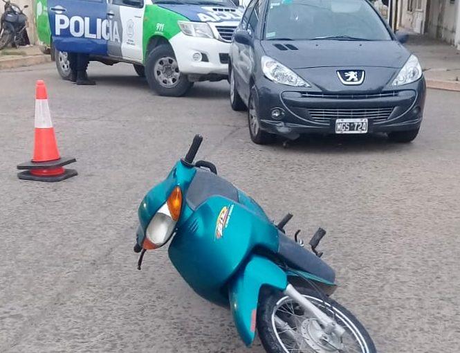Choque entre un auto y una moto