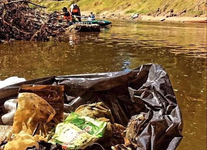 El raíd ecológico junto tres toneladas de basura del río Arrecifes