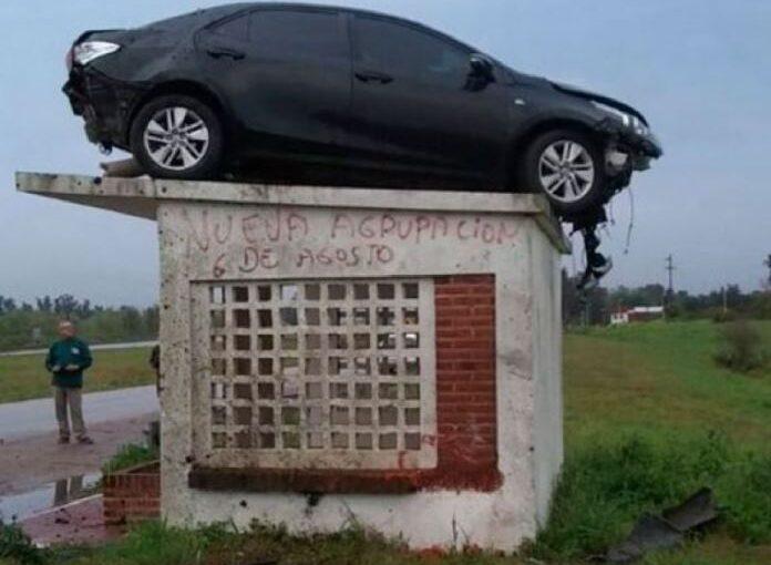 """Increíble accidente con un auto que """"aterrizó"""" sobre una garita"""